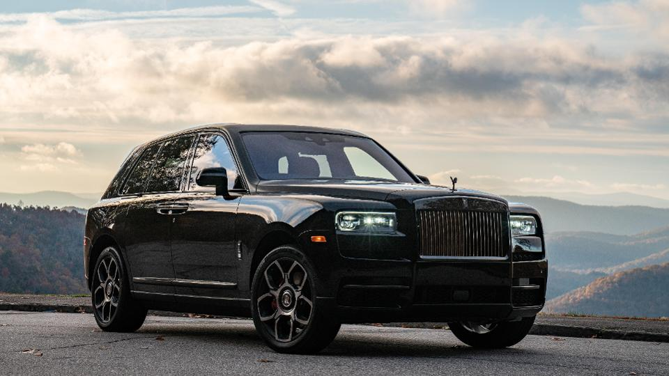 Rolls-Royce Cullinan Black Badge, touring the fall colors.