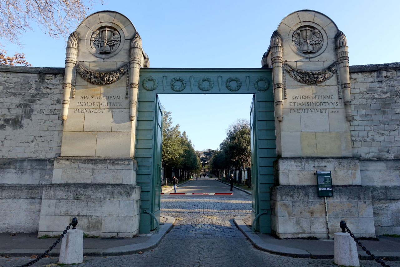 Entrance_gate,_Père_Lachaise_Cemetery,_Paris_4_December_2016_002